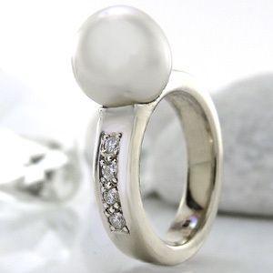 Ring in 585/  Weißgold mit 1 Südseeperle + 8 Diamanten 0,24 ct