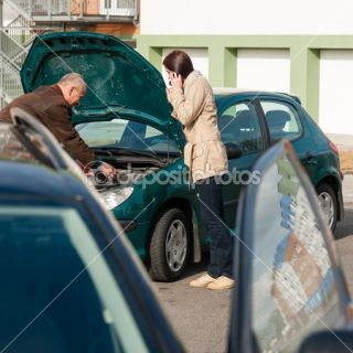 Car troubles man help woman defect vehicle  Foto Stock